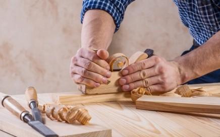 trabajos de carpintería en Valencia - manos