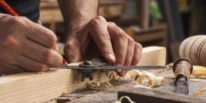 carpinteria barata en Valencia - manos trabajando