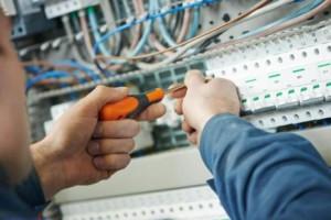 servicios de electricidad en Valencia - destornillador