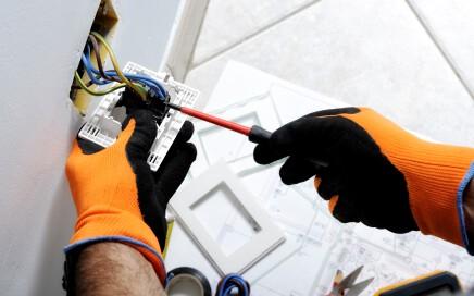 electricistas-baratos-en-Valencia-enchufe