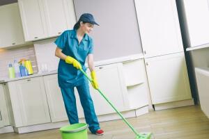 limpieza fin de obra valencia - Mujer limpiando